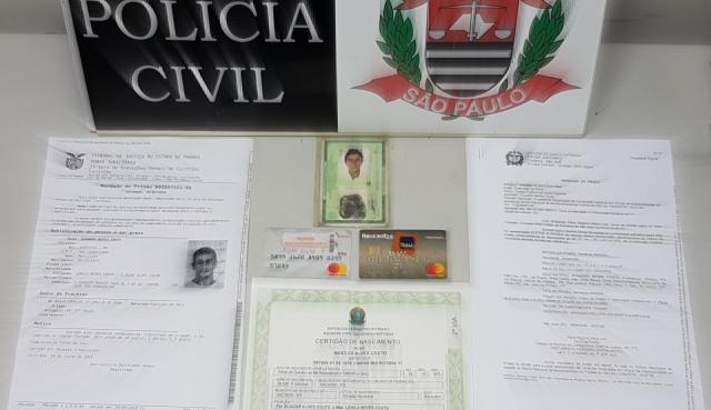 Durante a prisão em flagrante, os policiais encontraram documentos falsos, como identidade, certidão de nascimento, cartões bancários