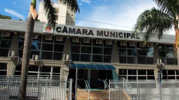 Câmara Municipal está localizada na esquina das avenidas Washington Luís e Coronel José Soares Marcondes