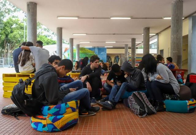 Agentes de organização escolar atuam no controle da movimentação dos estudantes
