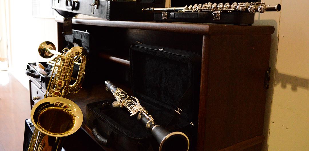 Há vagas para os cursos de  violino, contrabaixo elétrico, violão, saxofone, clarinete, trompete e guitarra