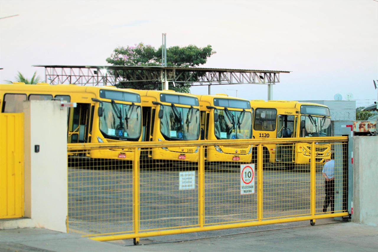 Ônibus começam a rodar após as 8h; categoria discute greve geral
