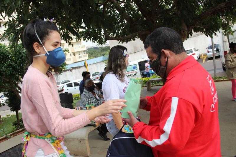 Pacientes recebem kits juninos em ação surpresa do Carim