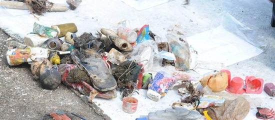 Moradores descartam, peças de roupas, fraldas e até embalagens